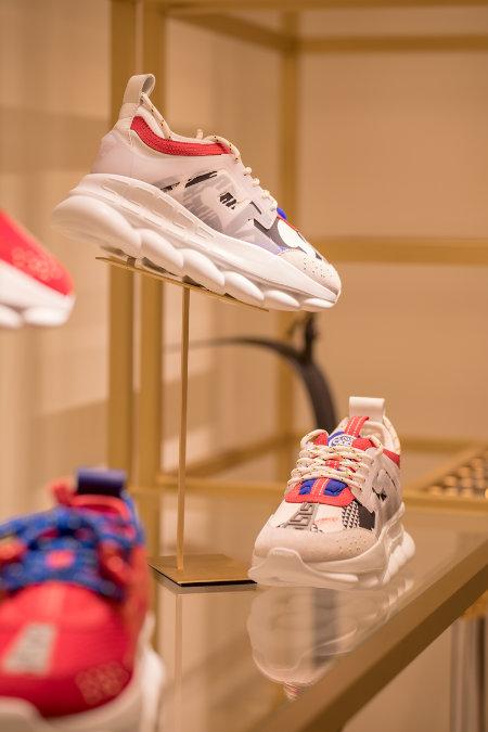 Detailaufnahme eines Schuhs von Versace