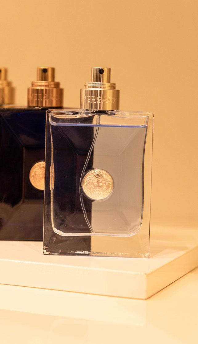 Detailaufnahme eines Parfüms von Versace